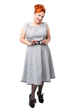 Vestido GALES. Vestido de vuelo estampado de gales. Escote con pliegues, solapas y cinturón en negro. #Presumidas #AndreaPalau #soypresumida #PresumidasElegance #moda #moda50s #años50 #1950sfashion #ropavintage #m#pinup #pinupgirl #fiftties #fifttiesstyle #fifttiesgirl #cool #estampadosvintage odavintage #vintagestyle#vintageoutfits #vintagetrends