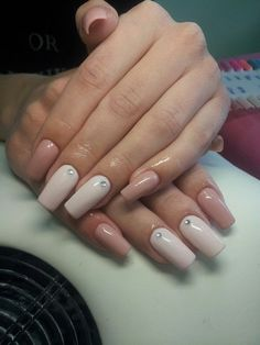 The combination of delicate shades of pink and powdery on long nails looks really luxurious, but quite restrained. Smooth straight shape of nails adds a manicure brevity and completeness, and small neat crystals attract attention and give the lightness and playfulness to the restrained classics. This combination is ideal for festive images, memorable and exquisite.