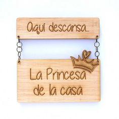 """Colgador de madera ideal para las puertas de la habitación de tu hija. """"La Princesa de la casa"""". Fabricado en españa"""