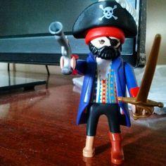 Eu sou o Capitão Gancho: 'Se oriente rapaz, respeita a moça!!!' Kkkkkkkk... mais um pra minha coleção, sim sou menina e coleciono as miniaturas do playmobil. #Capitaogancho #playmobil #Lego #miniaturas #colecao