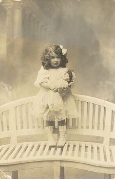 http://3.bp.blogspot.com/-btYb6vUUiKE/UMl6O8I6RsI/AAAAAAAAI3U/TXPGmiMFvec/s1600/free+vintage+download+-+little+girl+photo.jpg