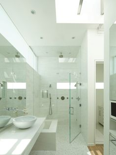 Banheiro branco com piso de pastilhas
