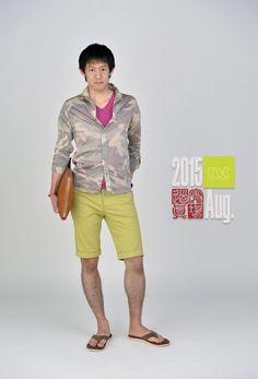 2015年8月版。短パンにはシャツが大人の作法!ローズピンクのインナーカラーとショーツのスモークイエローのカラーバランスもポイントです。