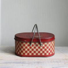 :: sweet little vintage lunch box tin from the red gingham pressed tin and metal handles. can be used as intended or for storage in the kitchen :: the red makes this a cute holiday decoration, filled with pinecones :: 10 x 5 x 6 Vintage Picnic Basket, Vintage Lunch Boxes, Vintage Tins, Vintage Love, Vintage Kitchen, Vintage Decor, Vintage Antiques, Retro Vintage, 1950s Decor