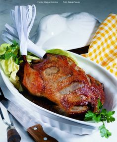 Hozzávalók : 1 kisebb konyhakész pecsenyekacsa (kb. 1,4 kg), kb. 1 evőkanál só, 1 narancs, 1-1,5 dl világos sör 1. A kacsát megmossuk, leszárogatjuk, az esetlegesen rajta maradt tolltokoktól megszabadítjuk. A bőrét a mellénél, kicsit átlósan, ... Cook Books, Tandoori Chicken, Turkey, Meals, Cooking, Ethnic Recipes, Food, Kitchen, Turkey Country