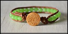 """Bracciale wrap pelle marrone caramello con mezzi cristalli verde acido ArcoIris """"Suerte"""" di Cuony su Etsy https://www.etsy.com/it/listing/291423719/bracciale-wrap-pelle-marrone-caramello"""