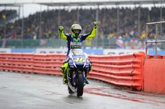 """Rossi becomes in England the King of the Rain. But the Italian champion must win the GP if he wants to """"steal"""" some decisive points to Marc Marquez."""