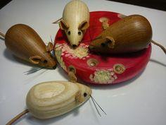Træ arbejde trædrejning dreje i træ mus med læder ører og læder haæe i ædeltræ - Wood turned mice and cheese
