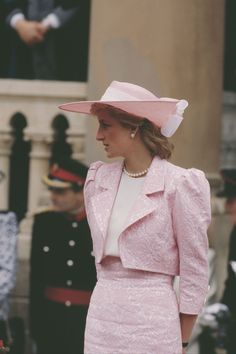1989 Princess Diana wore a pink jacquard suit, designed by Catherine Walker, and a matching Philip Somerville hat during a visit to Northampton. Princess Diana Fashion, Princess Diana Family, Royal Fashion, Retro Fashion, Estilo Gigi Hadid, Lady Diana Spencer, Royals, Female, Stylish