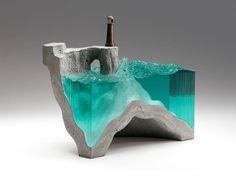 As esculturas vítreas de paisagens marinhas com águas cristalinas de Ben Young