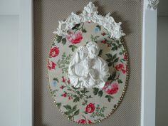 Quadro com fundo em tecido 100% algodão, peças em resina. R$ 132,00