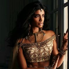 Latest Saree Blouse Designs From 2018 sure to Amaze You'. In Pic: Heavy Dull Gold Embroidery Blouse With Off Shoulder Sleeves, necklace gorg too. Indian Saree Fashion @ via Latest Saree Blouse, Latest Sarees, Saree Blouse Designs, Chiffon Saree, India Fashion, Asian Fashion, High Fashion, Style Indien, Tarun Tahiliani