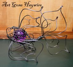 Haywire Gold Fish with Glass Orb Wire Crafts, Metal Crafts, Jewelry Crafts, Wire Art Sculpture, Wire Sculptures, Diy Projects To Try, Art Projects, Wire Wrapping Tutorial, Barbed Wire