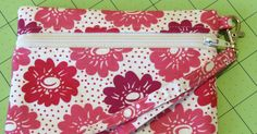 Are we having fun with zippers yet, or are you all still terrified nervous? This week's tutorial is for a front-zip pouch (kind of like las... Patchwork Bags, Quilted Bag, Zipper Bags, Zipper Pouch, Zip Pouch Tutorial, Purse Tutorial, Small Sewing Projects, Pouch Pattern, Bag Patterns To Sew