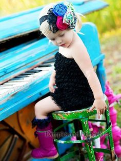Why cant I find a turquoise piano???? ha! Love this pic!!!