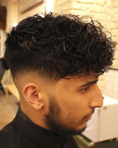 In this video richard gave a low skin fade curly haircut with a disconnected undercut. he also gave some great tips on styling and caring for curly mens Undercut Curly Hair, Undercut Women, Undercut Pompadour, Curly Hair Cuts, Undercut Hairstyles, Long Curly Hair, Curly Hair Styles, Disconnected Undercut Men, Undercut Fade
