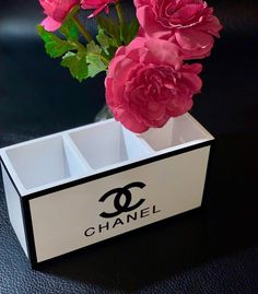 Chanel Make-up Pinselhalter - White Organizer - Chanel Make-up Pinselhalter – Weiße Keramik – Riesige Schuhkartons - Makeup Brush Cleaner, Makeup Brush Holders, Makeup Brush Set, Chanel Room, Chanel Decor, Chanel Bedding, Giant Shoe Box, Chanel Makeup, Diy Makeup