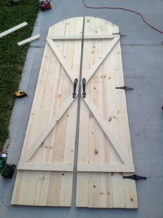 DIY barn door can be your best option when considering cheap materials for setting up a sliding barn door. DIY barn door requires a DIY barn door hardware and a Diy House Projects, Wood Projects, Sewing Projects, Diy Barn Door Plans, Barn Plans, Garage Plans, Old Doors, Sliding Doors, Front Doors
