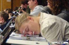 Sleeping through college Estudiante durmiendo en class