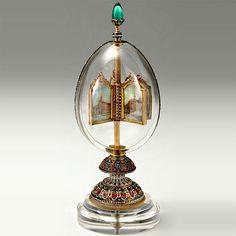 VAJÍČKO ROTUJÍCÍ MINIATURY (1896) - Vejce s otáčejícími se miniaturami vzniká na žádost Mikuláše II. jako dárek ženě Alexandře Fjodorovně na Velikonoce roku 1896. Zlaté vajíčko je vyrobeno z křišťálu a barevného smaltu, poseto smaragdy. Dvě poloviny jsou upevněny úzkým pásem ze zlata, zdobené diamanty a stojí na podstavci také z křišťálu. Uvnitř na zlaté tyči jsou rotující čtyři miniatury ve zlatém rámečku. Na vrcholu je 27 karátový smaragd, možná největší klenot používán v Imperial kraslic.