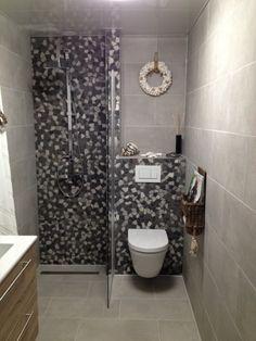 Badkamer inspiratie & ideeën 2018. Kleine badkamer betonlook uitstraling. Inbouwtoilet tegel pebbles, inloopdouches en badkamermeubel Bathroom Inspiration, Tiny House, Toilet, Flush Toilet, Toilets, Powder Room, Toilet Room, Bathroom