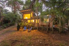Cabin in Makawao, United States. Romantic hideaway! This property has the lush beauty and privacy of Hana, without the drive! Only 15-20 minutes to the airport, 10 minutes to beaches, 2 minutes to restaurants and shops...on a private gated property with organic nursery. BEAUTIFUL...