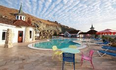 Situated in the California coastal town of San Luis Obispo, the Madonna Inn is a living shrine to retro-kitsch. (From: World's Weirdest Hotels) Beautiful Places To Visit, Great Places, Places To Go, Amazing Places, Unique Hotels, Best Hotels, Las Vegas, Camping World, San Luis Obispo