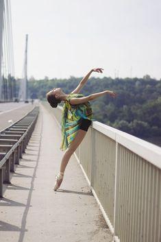 Ballet dancer - Ballerina dancing on the bridge. Outdoor Ballet Photography, Dance Photography Poses, Dance Poses, Photography Ideas, Ballerina Dancing, Ballet Dancers, City Dance, Dance Photo Shoot, Ballet Photos