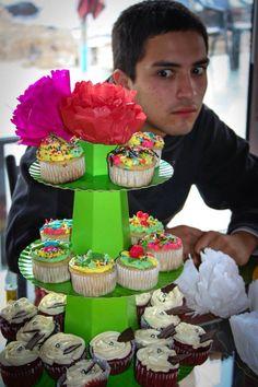 Mi novio anhelando probar los cupcakes <3