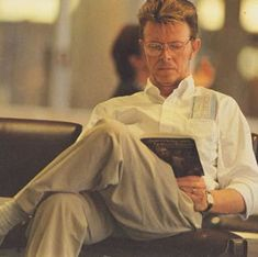 David Bowie really likes to read. And you thought he couldn't be any more perfect.