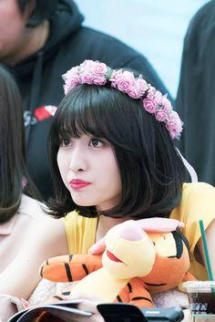 """트위터의 F4.25 님: """"180429 #트와이스 미니5집 #WhatisLove 오픈 팬싸인회 무대밖의 귀여움 #모모 #Momo #もも… """" Nayeon, South Korean Girls, Korean Girl Groups, Momo Mina, Peach Wallpaper, Twice Fanart, Sana Momo, Twice Kpop, Hirai Momo"""
