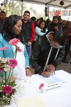 A ritmo de la marcha nupcial,  228 parejas de la delegación Milpa Alta, firmaron su acta matrimonial