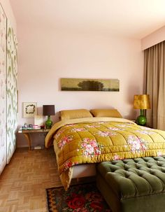 A gorgeous pink bedroom design with a yellow mattress and dark green bedroom bench that looks absolutely fabulous when combined with a flowery rug. Bookshelves In Bedroom, Trends 2018, Bedroom Orange, Contemporary Interior Design, Master Bedroom Design, Bed Styling, Guest Bedrooms, Beautiful Bedrooms, Bedroom Decor