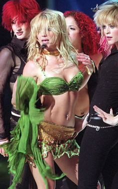 BRITNEY SPEARS, She is growing into a Fashion Icon. I can't say yet that she is because A LOT of her off duty outfits are disasters but on. Britney Spears 2002, Britney Spears Photos, Jamie Lynn Spears, Fashion Beauty, Fashion Looks, Play That Funky Music, Britney Jean, The Most Beautiful Girl, My Girl