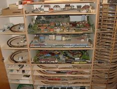 Great way of thinking outside the box - Creative Train Layout #modeltraintips