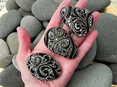 Gemalte Felsen (Meer Stones) von Cape Cod Gute Dinge sind drei... fiel auf sanfte Meereswellen. Wirbelnden Schwarzen und weißen Güte, verteilt