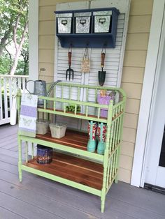Metal Boxes to keep soil or protect things from rain. 60 Awesome DIY Pallet Garden Bench and Storage Design Ideas Outdoor Potting Bench, Pallet Garden Benches, Potting Tables, Pallet Planters, Porch Bench, Pallet Gardening, Gardening Zones, Pallet Fence, Furniture Makeover