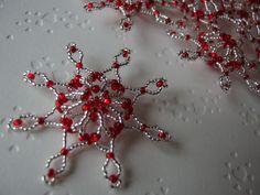 Vánoční hvězda 3D červeno-stříbrná Červeno-stříbrná 3D vánoční hvězda je vyrobena z pocínovaného drátku a korálků - rokajl. Ozdoba (nejen) na vánoční stromeček. Rozměry: průměr - 7 cm Cena uvedena za 1ks. Ke každé objednávce malý dárek ZDARMA!