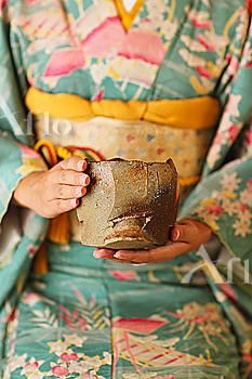 Image Details: Aflo Relax (RM) Stock photo of Traditional Japanese Tea Ceremony. Kimono Japan, Japanese Kimono, Japanese Art, Traditional Japanese, Lhasa, Memoirs Of A Geisha, Tea Culture, Japanese Tea Ceremony, Tea Art