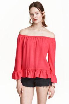 Blusa de ombros descobertos: Blusa de ombros descobertos em tecido crepe com folhos. Modelo de corte direito com elástico na parte superior e mangas compridas.