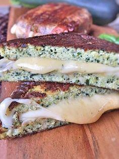 Low Carb Zucchini Sandwich grilled Cheese aus Zucchini Brot mit Cheddar Käse und Bacon in Butter gegrillt vegetarisch