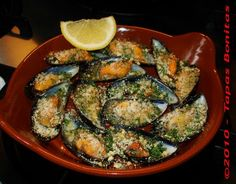 How to Gratinate Mussels - Spanish Mussels Recipe for Mejillones Gratinados - by Tapas Bonitas Easy Appetizer Recipes, Appetizers For Party, Fish Recipes, Mussel Recipes, Party Snacks, Healthy Recipes On A Budget, Healthy Crockpot Recipes, Spanish Mussels Recipe, Bruschetta