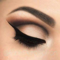 Schönes Make-up für die Braut: Dünner, langgezogener Eyelinerstrich, Cut Crease in Schwarz, mit Bronze verblendet und Lidfalte in Beige/Bronze
