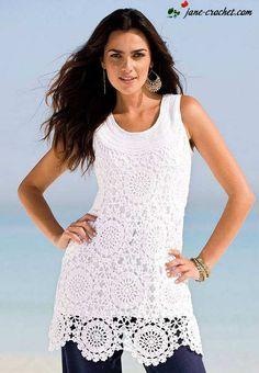 Vestido veraniego blanco en crochet, con motivos circulares.