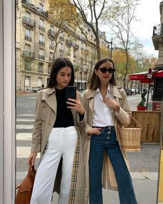 Spring outfit inspiration straight from the streets of Paris? Oui, oui. Click through to see what all the coolest french girls are wearing now. Fall Winter Outfits, Spring Outfits, Daily Fashion, Everyday Fashion, Parisian Chic Style, Neutral Outfit, French Fashion, American Apparel, Cool Girl
