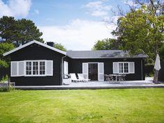 Tag med på besøg i Sille Haugsteds sommeroase, hvor der er plads til både designmøbler og legende børn.