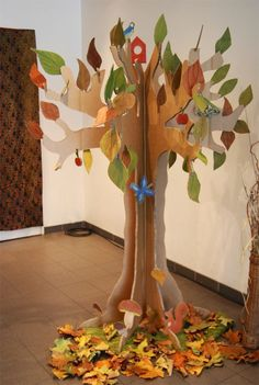Best 12 How to make a jewelry hanger. Alice In Wonderland Jewelry Tree – Step 5 – SkillOfKing. Autumn Crafts, Fall Crafts For Kids, Autumn Art, Diy For Kids, Kids Crafts, Diy And Crafts, Christmas Crafts, Cardboard Tree, Cardboard Crafts
