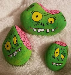 Zombie Brain Halloween Craft - 14 Painted Halloween Rocks These painted Halloween rocks are super cute! Some of the crafts here are for the skilled crafter but most are really … Rock Painting Patterns, Rock Painting Ideas Easy, Rock Painting Designs, Rock Painting Ideas For Kids, Stone Crafts, Rock Crafts, Fun Crafts, Nature Crafts, Halloween Rocks