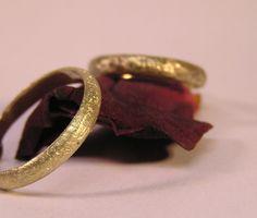 _Paar- Ringe eismatt_ Wunderschöne romantische Paar- Ringe, handgefertigt aus 585er Gelbgold mit eismatter Ringschiene. Die Ringe sind auf Wunsch auch einzeln oder in anderen Breiten...
