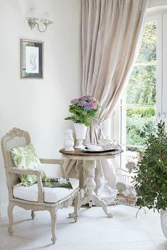 Jurnal de design interior - Amenajări interioare : Accente de verde într-o elegantă amenajare clasică French Country Farmhouse, French Country Bedrooms, French Cottage, French Country Style, French Country Curtains, French Country Interiors, French Curtains, Cottage Style, Farmhouse Style